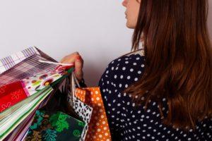 紙袋をたくさん持っている女性