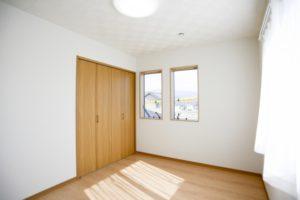 すっきりと片付いた部屋,窓からの風、光