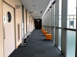 美園コミュニティセンター、集会室への廊下がきれい